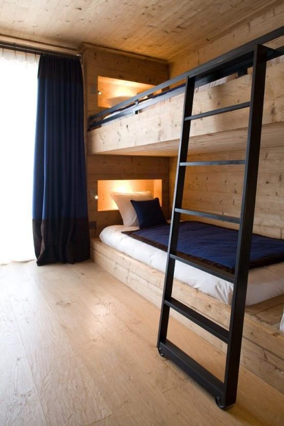 un letto a castello rivestito in legno con luci incorporate e una scala in metallo sembra molto contemporaneo e invitante