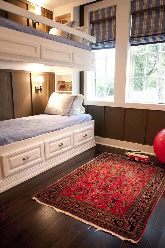 letti a castello in legno bianco rustico, applique e ringhiera lungo il letto superiore per mantenere il bambino al sicuro