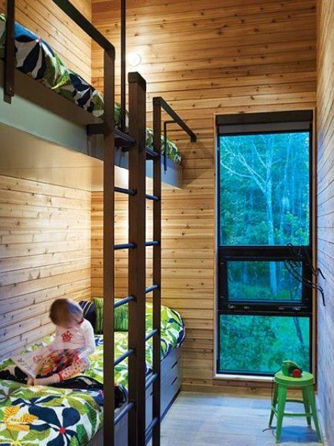 un elegante set letto a castello per due bambini, con due scale e luminose lampade da parete e mette a proprio agio ogni bambino