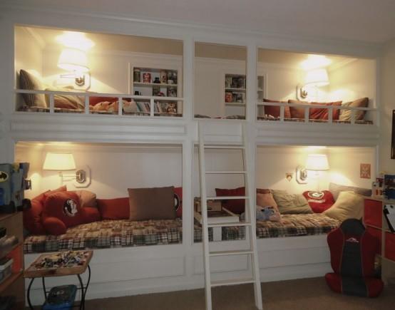 un letto a castello vintage bianco set di quattro, comode lampade da parete e una singola scala più mensole incorporate su ogni letto superiore
