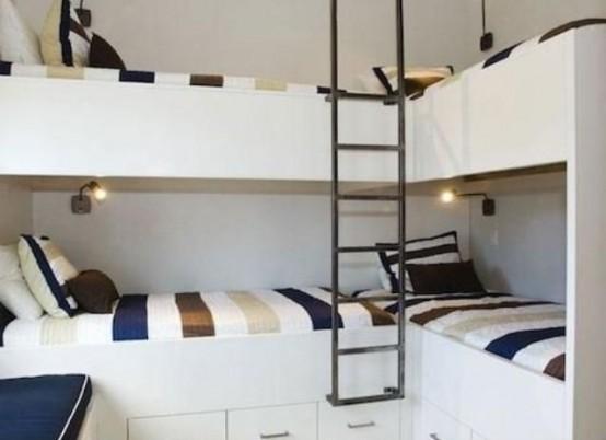un set di quattro letti a castello con piccole applique e una singola scala, senza separazioni tra i letti