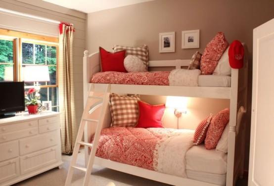 un piccolo e accogliente letto a castello bianco con una scala e una singola lampada da parete sopra il letto inferiore per una camera da letto accogliente