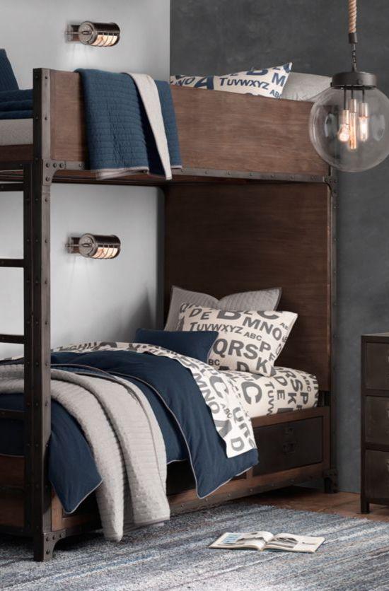 un letto a castello industriale macchiato di scuro con una scala con applique in metallo abbinate su ogni letto