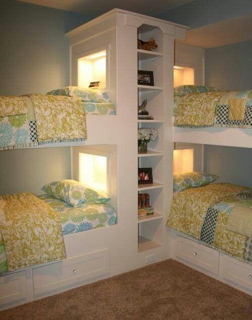 un letto unk per quattro persone con vano contenitore integrato e luci integrate più cassetti contenitore nei letti inferiori