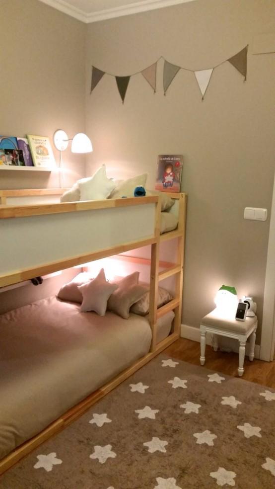 letto a castello in legno aneutrale con lampade da parete e scala attaccata per un tocco naturale nella stanza