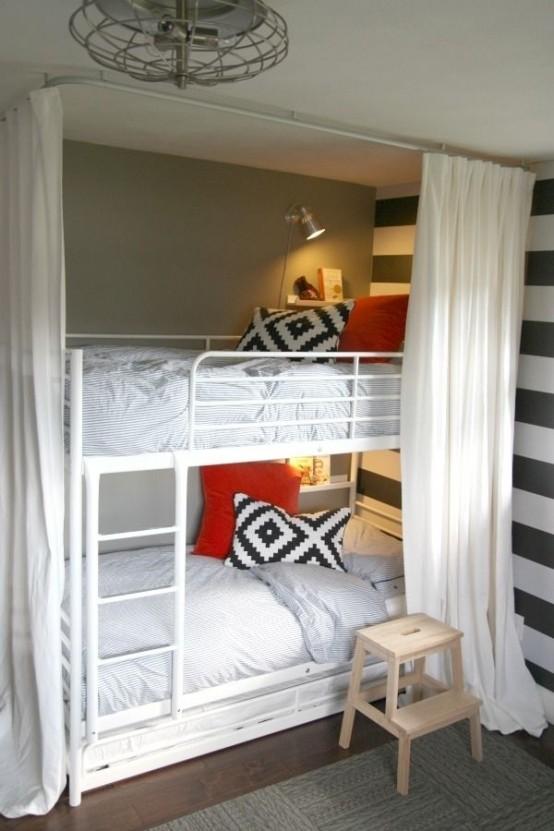 un letto a castello in metallo bianco per due, lampade da parete e mensole più tende per dormire comodamente