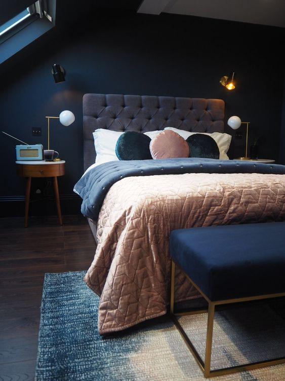 una camera da letto lunatica fatta con blu scuro e grigio più morbidi tocchi pastello è un'ottima idea per chi ama dormire in spazi più bui