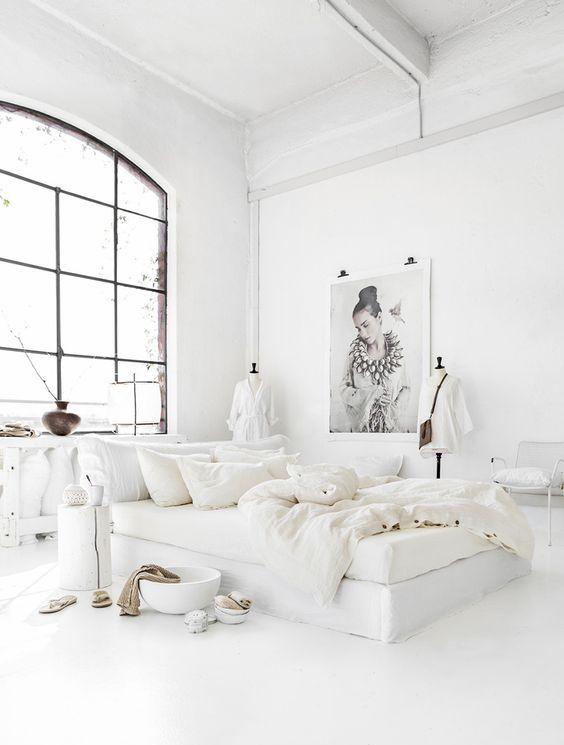 biancheria da letto bianca croccante con una consistenza morbida è sempre una buona idea per sentirsi a proprio agio mentre si dorme