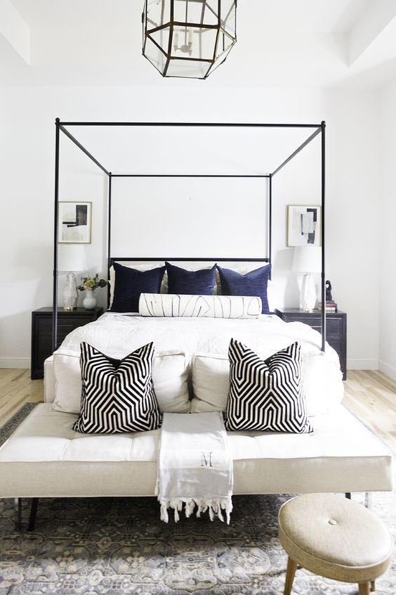 metti i cuscini non solo sul letto ma anche sulla panca se ce n'è uno, rendi anche la tua panca molto invitante