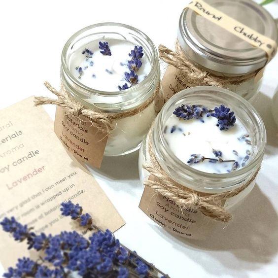 le straordinarie candele aromatiche alla lavanda con etichette possono essere facilmente fai da te e ti godrai il profumo