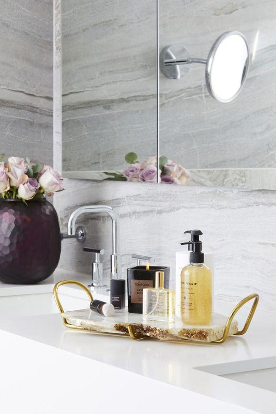 un vassoio da bagno chic e glam con manici in agata e oro oltre a prodotti da bagno di lusso