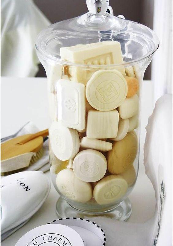 un elegante barattolo di vetro con vari saponi aumenterà immediatamente il livello di eleganza nel tuo bagno