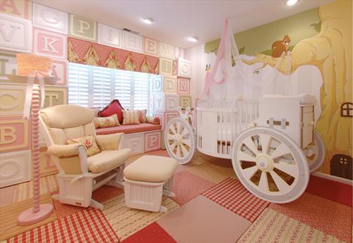 una stanza da ragazza in stile principessa rosa e latticello con un letto da carrozza, mobili confortevoli e lettere maiuscole
