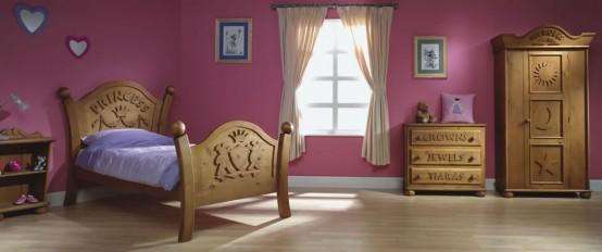 una cameretta a tema principessa malva con mobili in legno intagliato e tocchi di blu