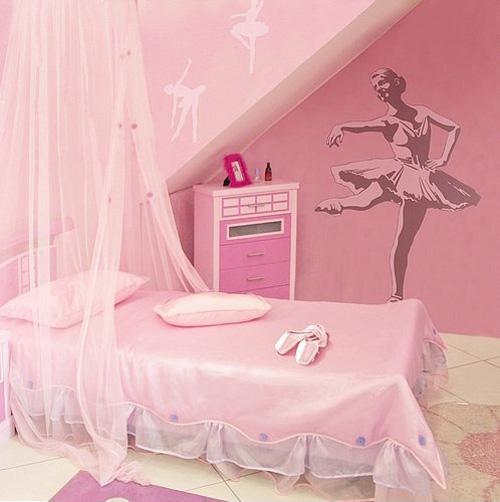 una cameretta rosa ispirata a una ballerina con un letto a baldacchino e un'opera d'arte di ballerina sul muro