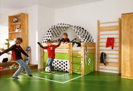 una stanza dei ragazzi ispirata al calcio con un vero spazio di calcio per giocare qui è un sogno di tutti i bambini sportivi e di coloro che amano le attività