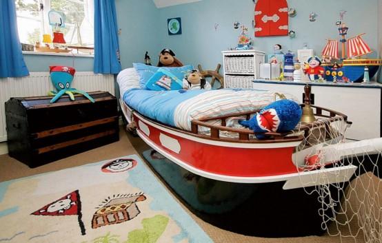 una stanza per ragazzi ispirata al mare con un letto di una nave, un sacco di decorazioni per la nave, creature marine giocattolo e persino un tappeto da pirata