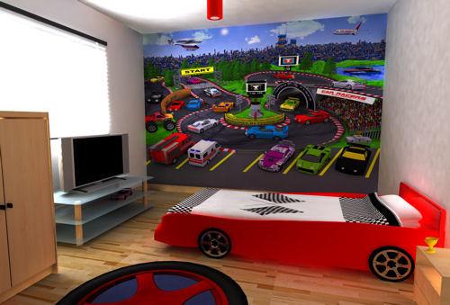 una stanza per bambini a tema corse con un letto per auto, un'opera d'arte per auto e un tappeto per pneumatici colroful