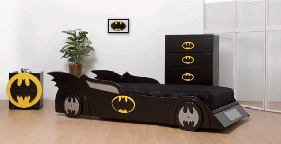 una stanza ispirata a Batman con un letto Batmobile, un comò per pipistrelli e un armadietto per pipistrelli è un'idea molto spigolosa e audace