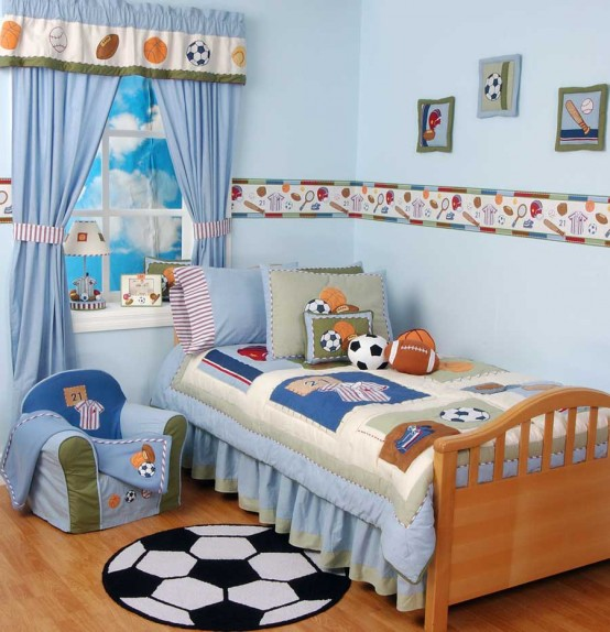 una cameretta blu a tema calcistico con vari tipi di palloni da calcio e decorazioni divertenti è l'ideale per i ragazzi