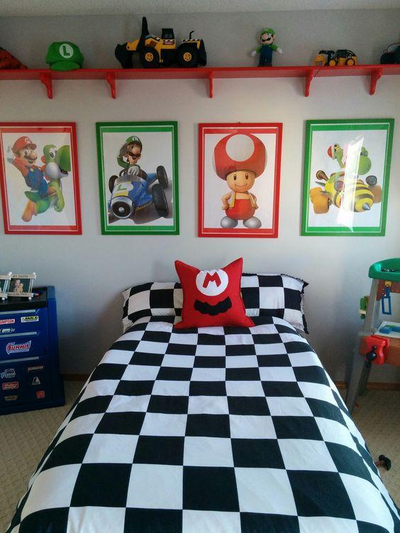 una coloratissima cameretta a tema Mario Brothers realizzata in verde, rosso, blu e bianco e nero