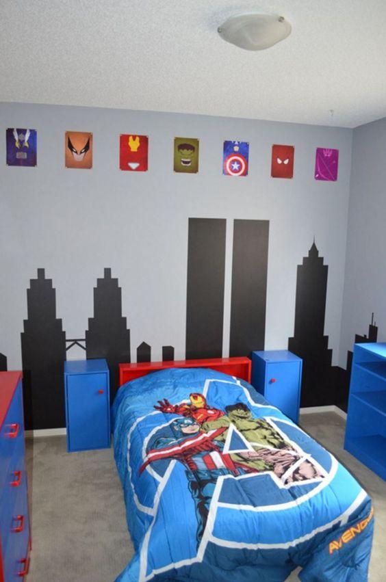 una coloratissima cameretta dei bambini a tema dei supereroi Marvel realizzata in blu, rosso e nero, con stemmi e lenzuola luminose