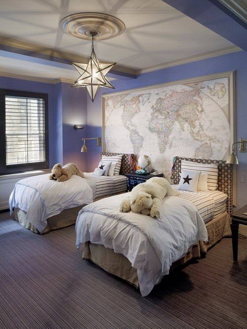 una cameretta per bambini da viaggio nautico con una mappa, pareti blu e un fantastico lampadario a forma di stella si adatterà facilmente a ragazze e ragazzi