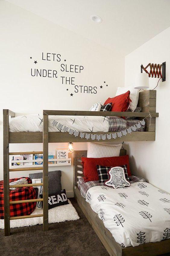 una camera da letto per bambini ispirata ai boscaioli condivisa realizzata in nero, rosso e bianco con molto legno chiaro