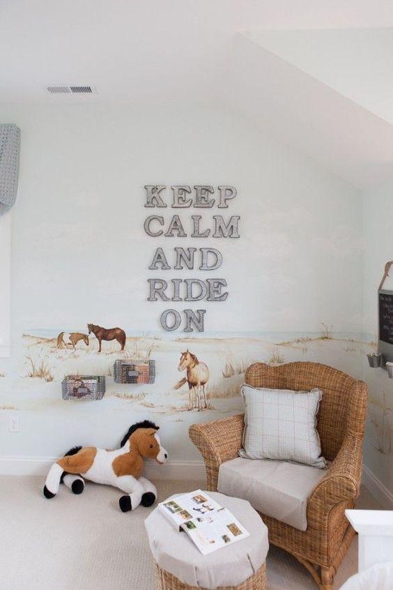 stanza dei bambini a tema fattoria dei cavalli con un'opera d'arte sul muro, giocattoli e mobili in vimini si sente accogliente e rilassata