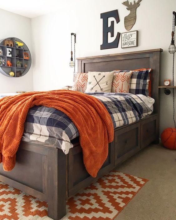 una camera da letto rustica a tema con un letto in legno colorato, biancheria da letto boho, una galleria a parete e uno scaffale rotondo aperto