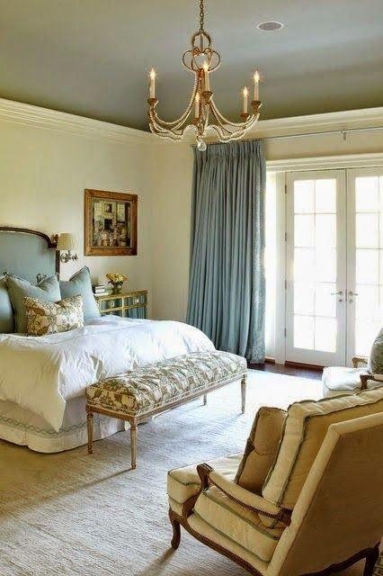 un elegante psace parigino fatto con oro, beige, blu e un lampadario chic, una panca imbottita e mobili raffinati