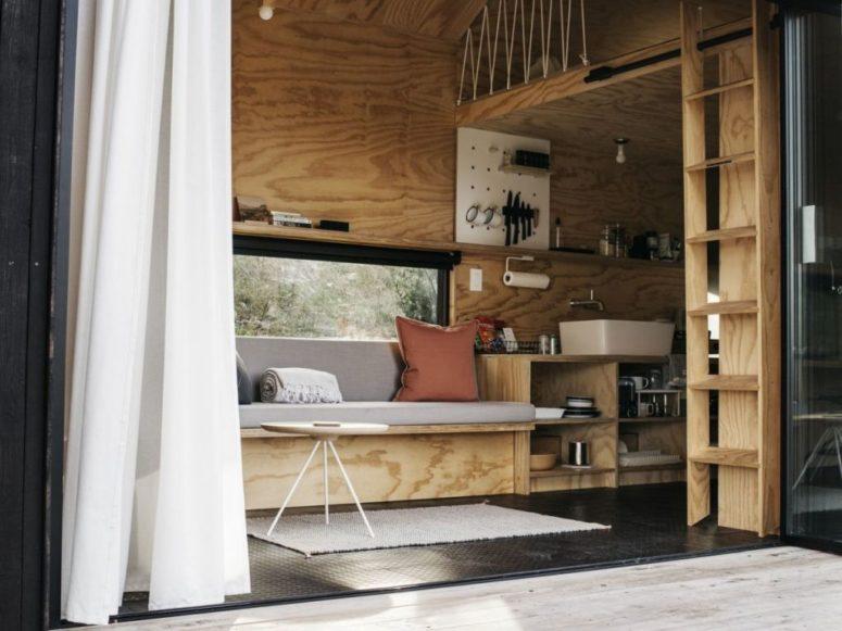 L'arredamento è minimalista e integrato, è molto funzionale e la cabina stessa è molto piccola per ispirare a trascorrere più tempo all'aperto