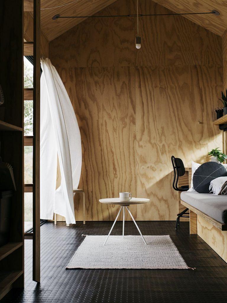 L'interno della cabina è realizzato con compensato chiaro, soffitto abbinato e pavimento in gomma nera