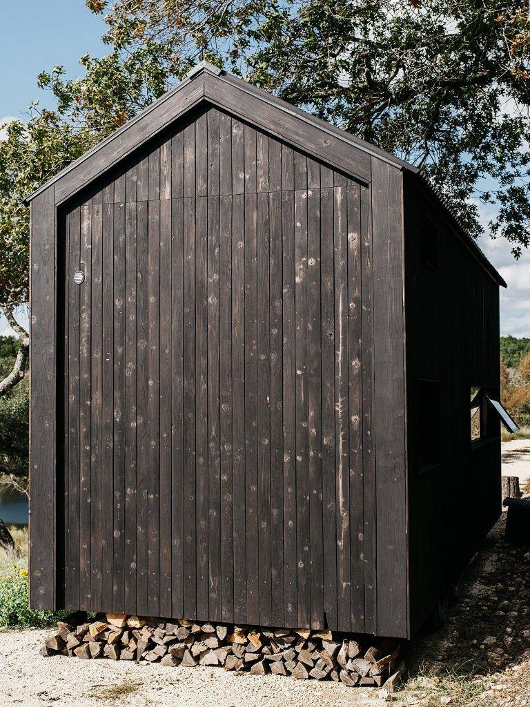 La cabina sembra fluttuare a pochi centimetri dal suolo, lasciando spazio per una nicchia di stoccaggio del legno sottostante