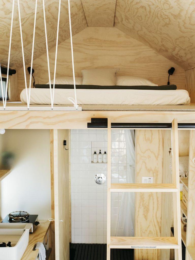 La zona notte è al piano superiore ed è accessibile tramite una scala in legno che scorre in posizione