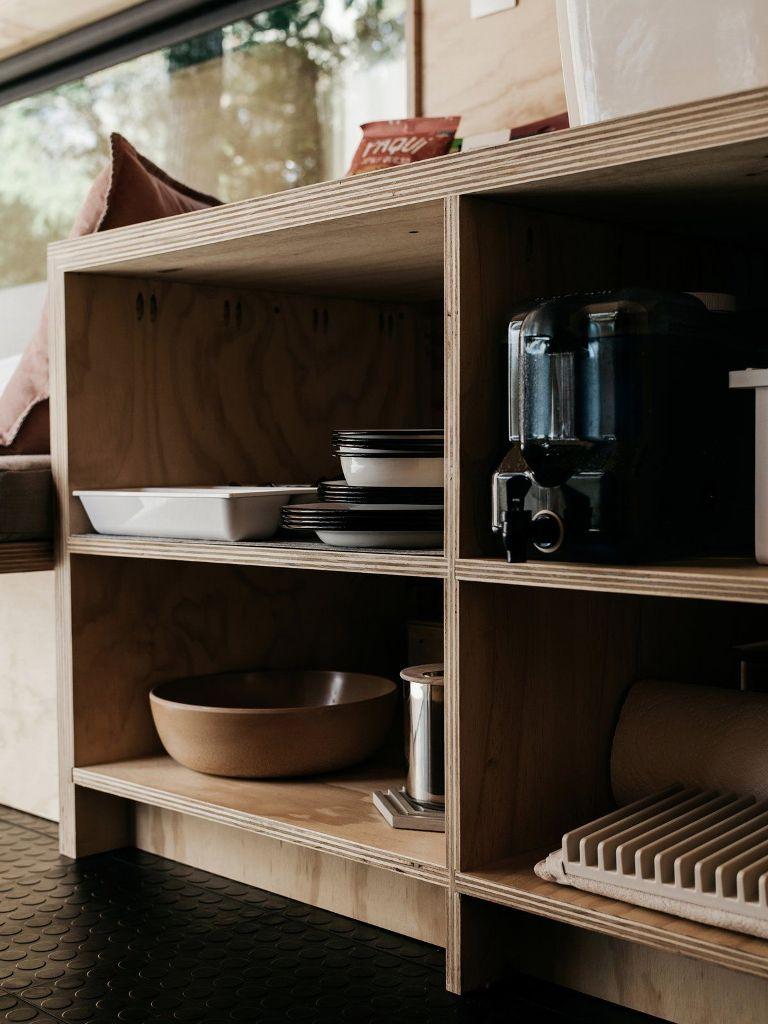 C'è una cucina e una zona pranzo che dispongono di alcuni contenitori per rendere più confortevole il soggiorno
