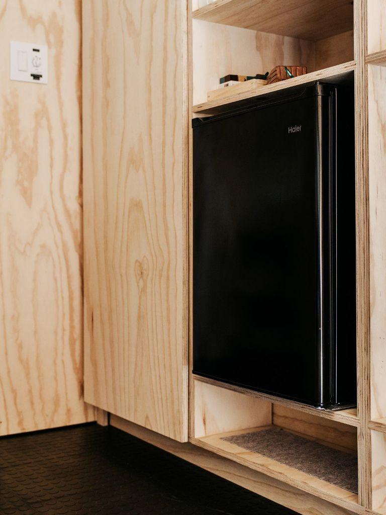 Le pareti e i mobili sono fatti dello stesso compensato, il che fa sembrare la cabina più grande di quello che è