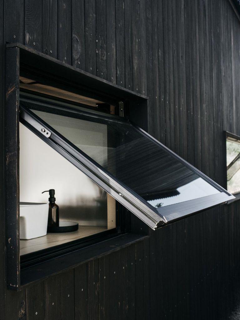 L'esterno in legno scuro conferisce alla cabina un aspetto distintivo e la aiuta a mimetizzarsi nel paesaggio