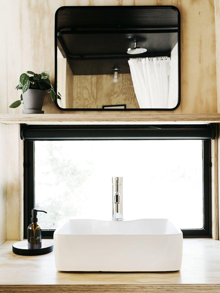 Le finestre sono piccole, quindi l'accento è posto sull'intimità piuttosto che sui panorami