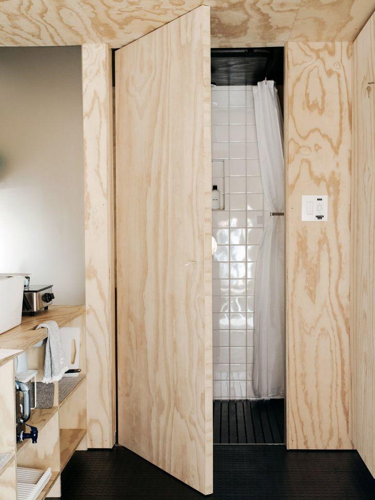 Un minuscolo bagno si trova accanto alla cucina e presenta una parete in vetro smerigliato che lascia passare la luce