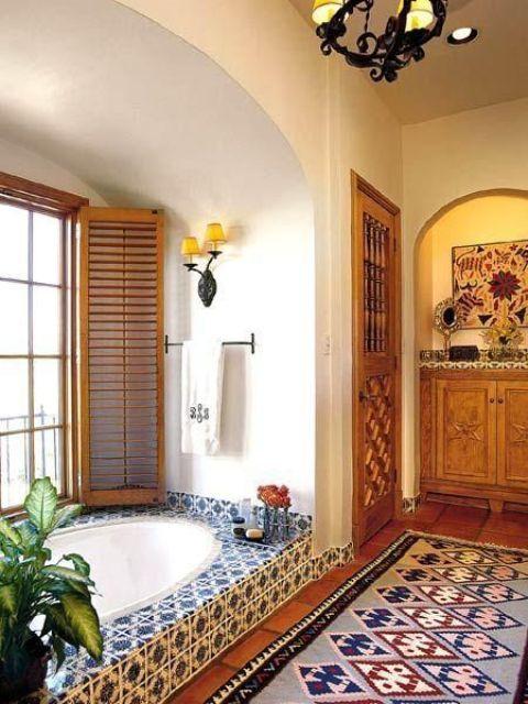 un bagno con un tappeto marocchino e piastrelle bianche e blu e persiane alla finestra