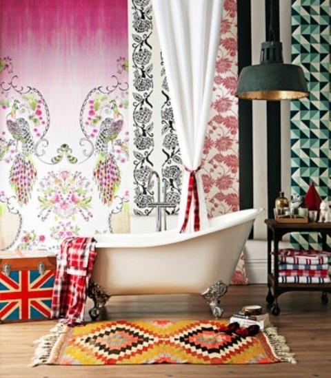 un luminoso bagno eclettico con tende boho e un tappeto, una lampada industriale e una vasca con i piedini