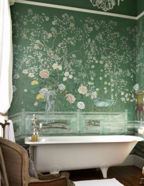 un bagno eclettico con carta da parati floreale verde, una vasca da bagno free-standing, mobili shabby chic