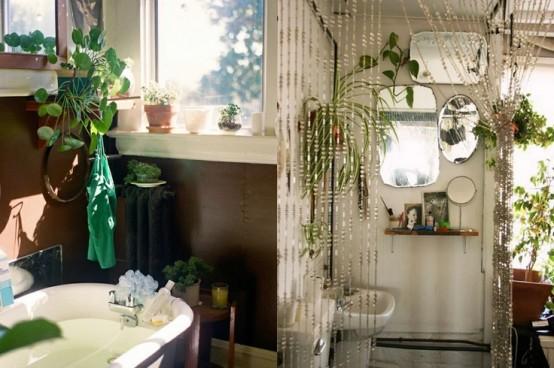 un bagno contemporaneo con tocchi boho - vegetazione, tende di perline e una disposizione di specchi