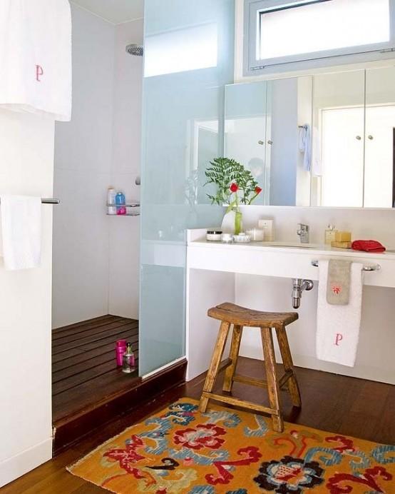 un bagno moderno in blu e bianco più un colorato tappeto boho come accento