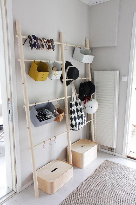 un contenitore aperto per accessori e scarpe - alcuni contenitori con ganci e scatole - quelli chiusi e aperti