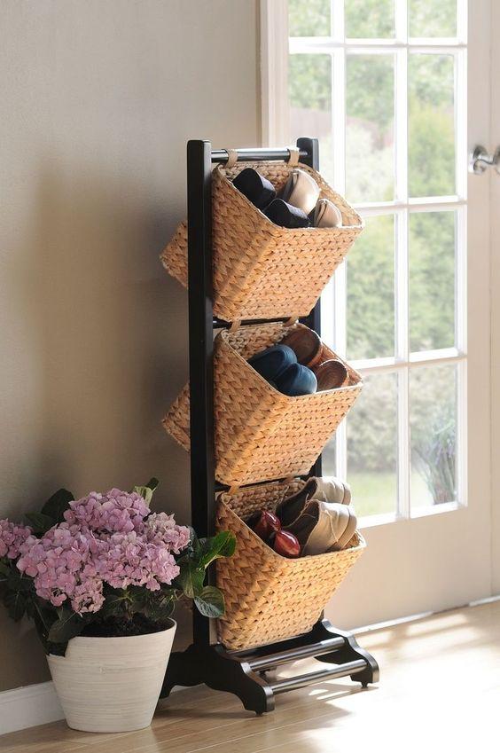 un mobile contenitore per scarpe con più cesti è un mobile elegante e fresco per un ingresso o un armadio