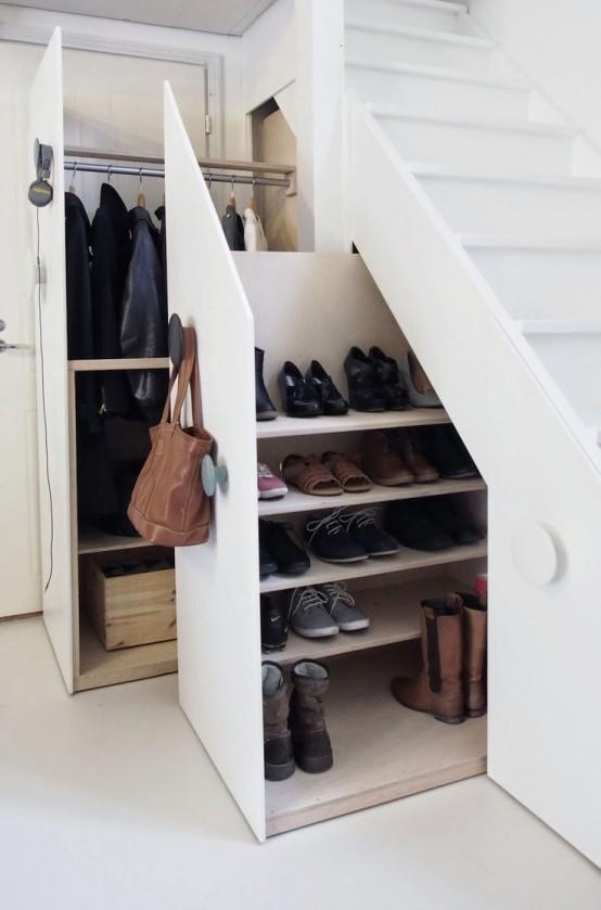 un intero armadio e un ripostiglio per le scarpe nascosto nei cassetti delle scale è un'idea molto funzionale che consente di risparmiare molto spazio
