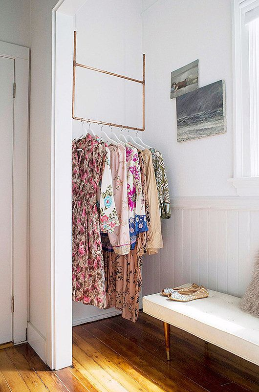 un supporto metallico sospeso con appendiabiti è una buona idea per riporre i vestiti senza ingombrare lo spazio con mobili ingombranti