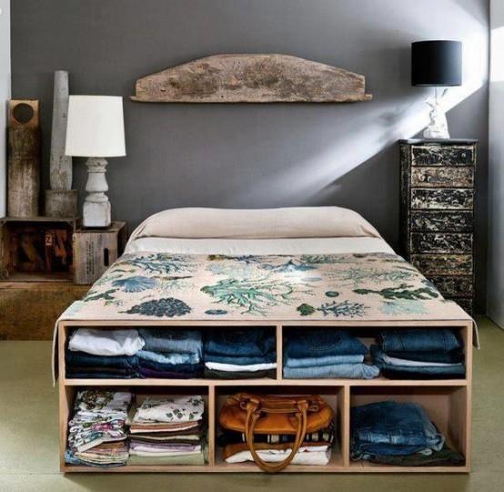 un mobile contenitore aperto che funge anche da panca ai piedi del letto è un'idea intelligente e facile per riporre alcuni vestiti